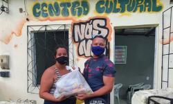 O Influencer kleiton Barros faz doações de cestas básicas aos moradores da comunidade do 'Bate Coração' no subúrbio ferroviário de Salvador.