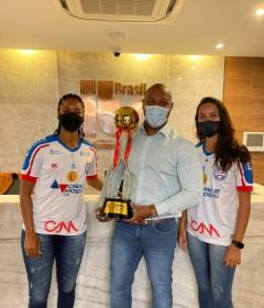 Jogadoras do Bahia visitam ITS Brasil com troféu