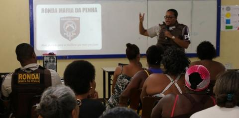 Mulheres do Calabar assistem palestra sobre violência doméstica