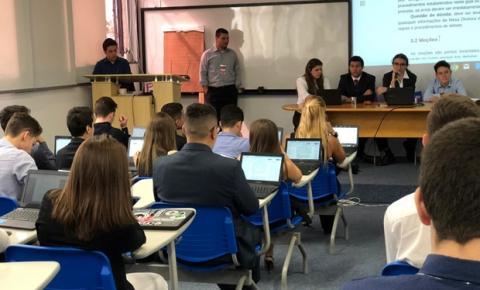 Estudantes realizam simulação da ONU entre escolas