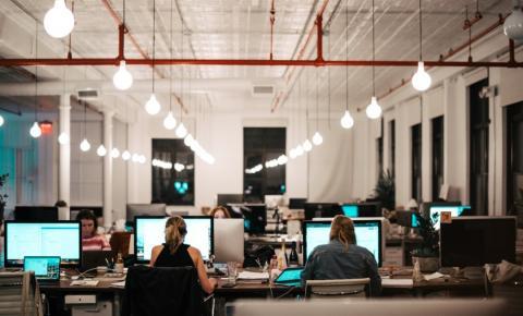 Híbrido, presencial ou home office: qual o melhor modelo de trabalho para minha equipe?
