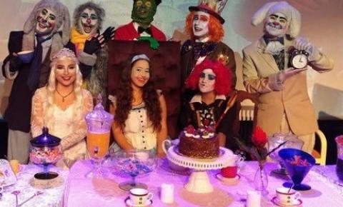 Sucesso de público, a peça teatral Chá da Alice está em cartaz aos sábados do mês de outubro