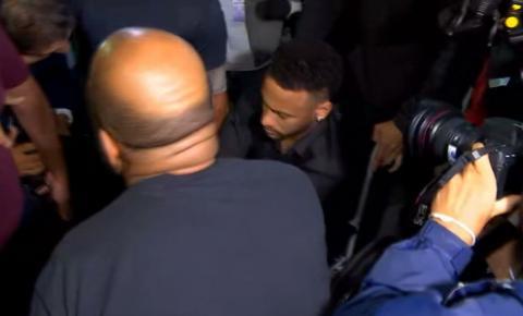 Neymar chega à delegacia para depor de muletas, usa cadeiras e rodas e não responde perguntas