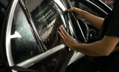 Uso inadequado de películas de controle solar em veículos pode levar à multa grave
