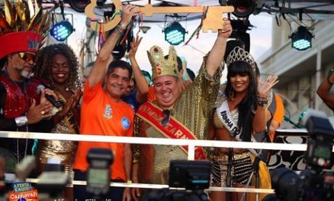 Rei Momo recebe as chaves da cidade no Carnaval que coroa conquistas de Salvador