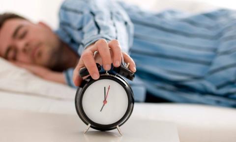 69% dos moradores do sudeste admitem usar celular antes de dormir, aponta pesquisa do INER