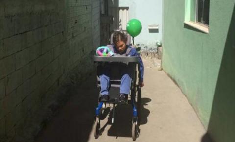 Menino deficiente é deixado no corredor da escola enquanto a turma vai ao cinema