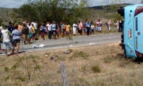 ÔNIBUS QUE TRANSPORTAVA CRIANÇAS TOMBA E DEIXA CINCO MORTOS NA BAHIA